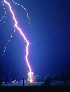 368px-Lightning_hits_tree