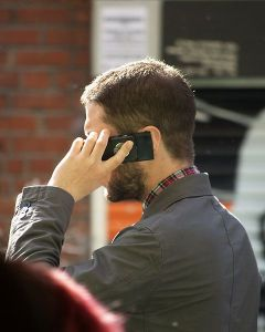 480px-Man_speaking_on_mobile_phone