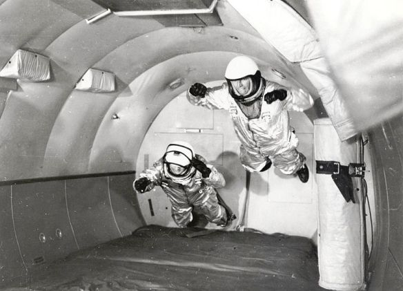 800px-Mercury_Astronauts_in_Weightless_Flight_on_C-131_Aircraft_-_GPN-2002-000039